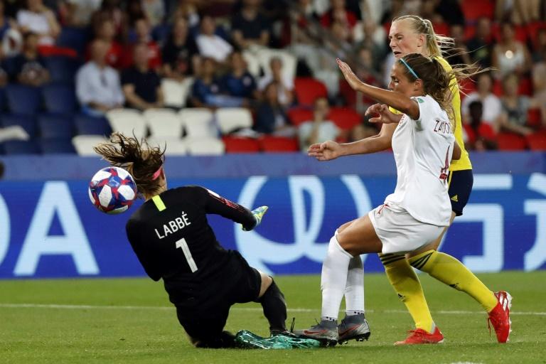 Stina Blackstenius supera  as canadenses Shelina Zadorsky e Stephanie Labbe e marca o gol da vitória da Suécia