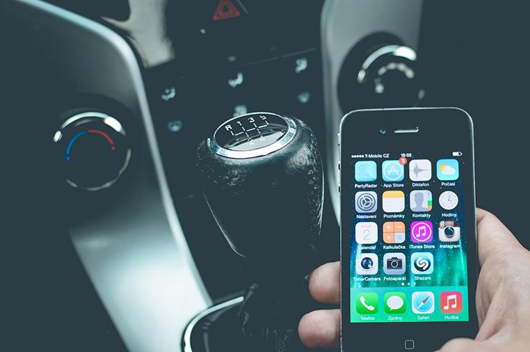 É proibido qualquer tipo de manuseio do celular durante a condução do veículo.