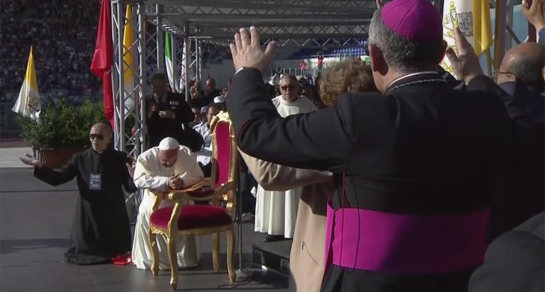 Membros do movimento carismático oram pelo papa Francisco, 2014.