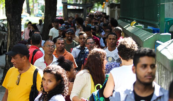 Milhares de pessoas aguardam em fila para esperança de conseguir uma vaga no mercado de trabalho, que não ganhou fôlego após a reforma trabalhista.