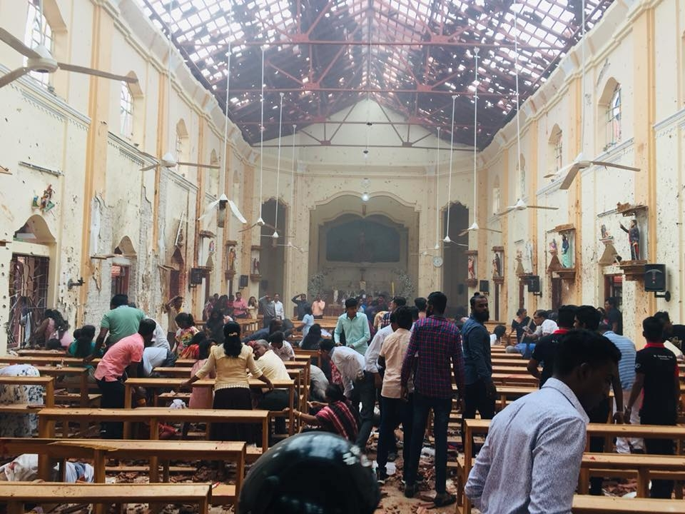 O primeiro socorro às vítimas, após o atentado na igreja de São Sebastião, no Sri Lanka, no Domingo de Páscoa.