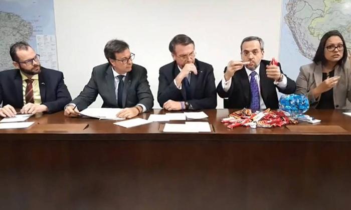 O ministro da Educação, Abraham Weintraub, recorreu a caixas de bombom para explicar os cortes que seu ministério está fazendo.