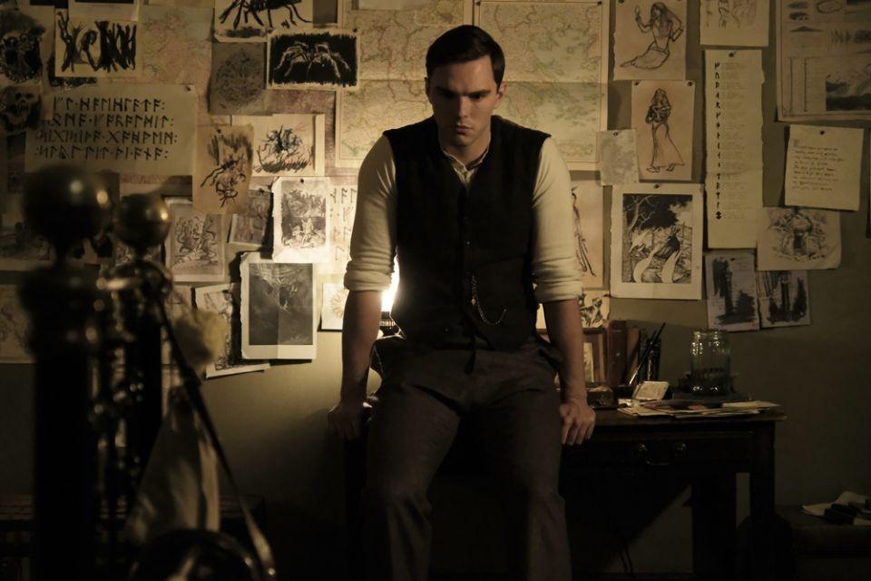 Nicholas Hoult como J.R.R. Tolkien em Dome Karukoski
