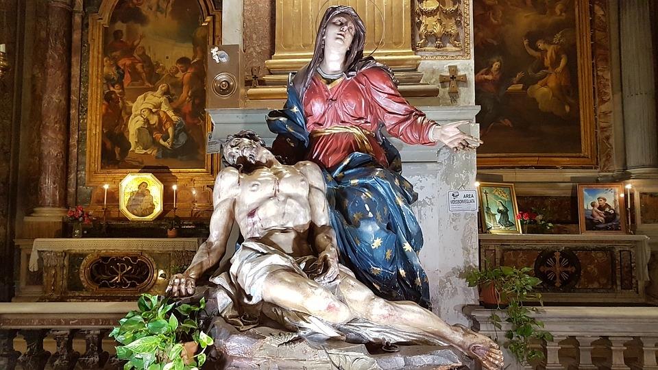 Maria, entre todas as criaturas, iniciou o sagrado caminho da cruz, na mais profunda experiência da elevação através do sofrimento.
