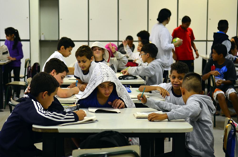 A escuta do outro está ligada à educação democrática, radicalmente oposta ao ensino autoritário.