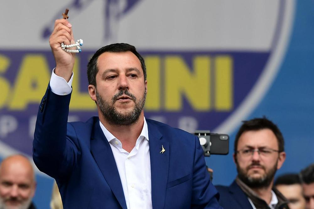 Vice-chanceler italiano, Matteo Salvini, durante comício na Piazza D'Uomo, em Milão.