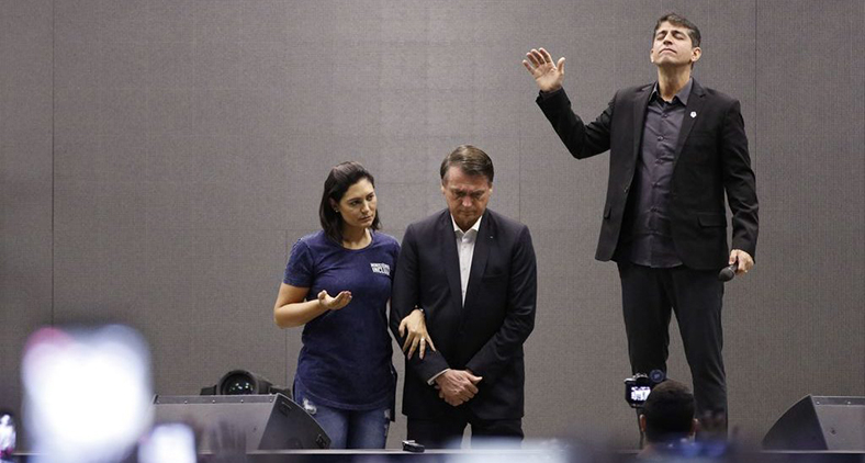 Pastor da Igreja Batista Atitude ora pelo presidente durante culto. (Fernando Frazão/ Agência Brasil)