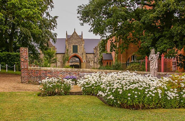 Paz e tranquilidade no mosteiro beneditino Quarr Abbey na Ilha de Wight na Grã-Bretanha.