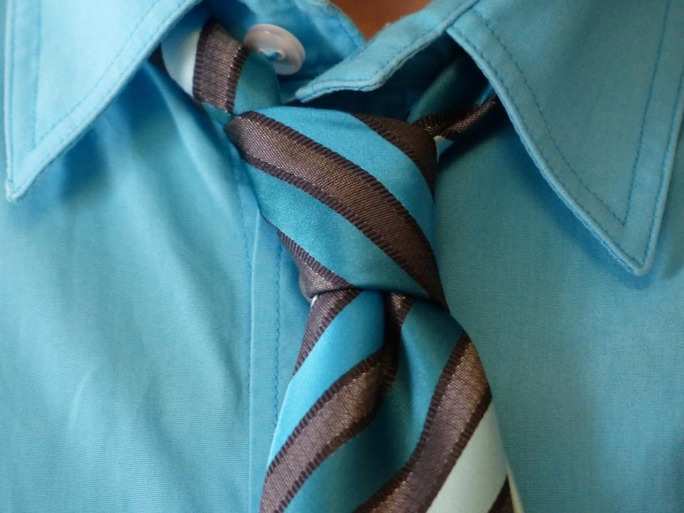 Quando é obrigado a usar gravata, ele até que tenta.