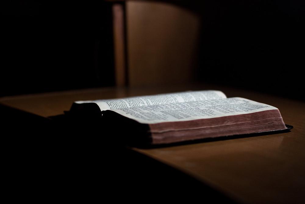 O tradutor John Wycliffe foi exumado e teve os ossos queimados para que não fosse venerado em seu túmulo.