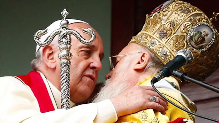 O papa Francisco e o patriarca ecumênico de Constantinopla Bartolomeu I se abraçam em Istambul em 2014.