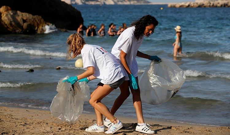 Os voluntários limpam e removem os resíduos de uma praia durante o Dia Mundial da Limpeza, em Marselha, na França, em setembro de 2018.