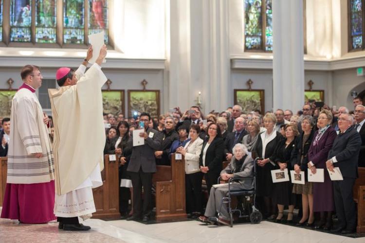 Dom Jorge Rodriguez exibe a carta apostólica oficial do papa Francisco, que o nomeou bispo auxiliar de Denver em 4 de novembro de 2016. Sua missa de ordenação multilíngue foi celebrada na Catedral Basílica da Imaculada Conceição, em Denver.