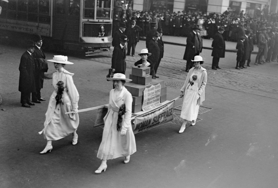Mulheres carregam uma urna em desfile de sufrágio feminino em Nova York, 27 de outubro de 1917.