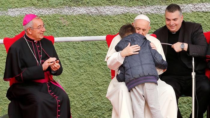 Em 2017, papa Francisco abraçou criança que perguntou se seu pai, que morreu declarando-se ateu, iria para o céu.