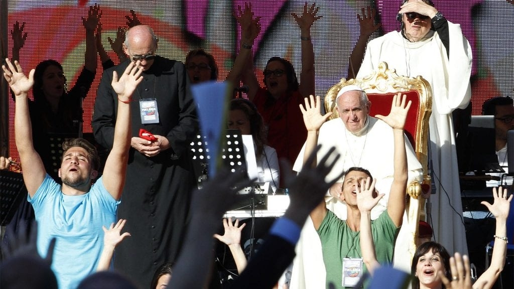 O papa Francis conduziu uma mobilização no estádio de futebol de Roma, lotado com mais de 50.000 católicos que seguem movimentos carismáticos.