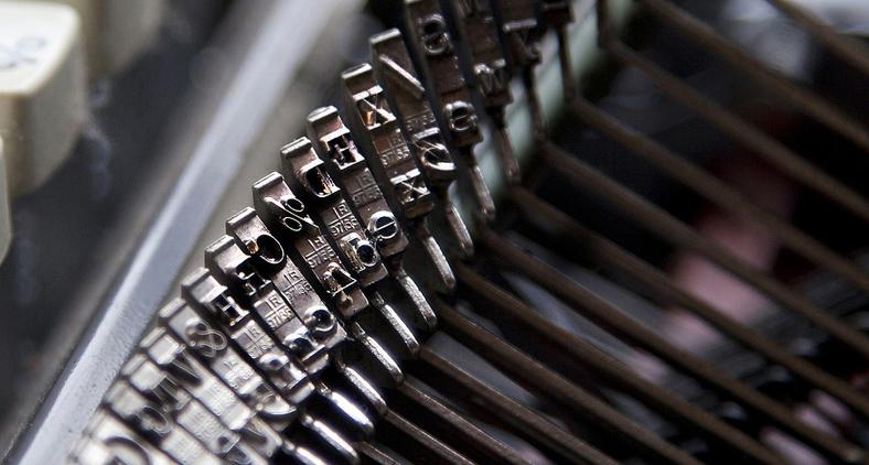 Quando cessou o som da máquina de escrever, major prosseguiu: 'Como explica o aparecimento de seu nome e endereço na documentação apreendida em poder dos chineses, presos como espiões no Rio de Janeiro?' (Pixabay)