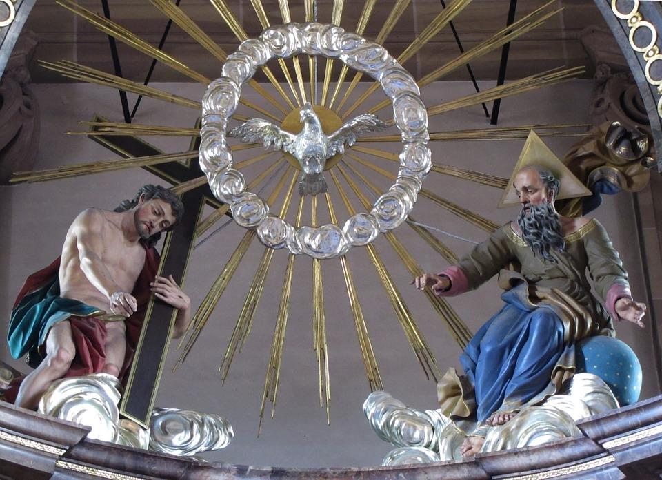 As três pessoas nos propõem o desafio salvífico, na acolhida, da nossa parte, de um Deus Pai, Filho e Espírito Santo.