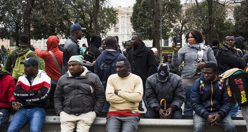 Imigrantes se reúnem durante protesto contra o governo em praça da cidade italiana de Caserta. (Manuel Dorati/Controluce/AFP)