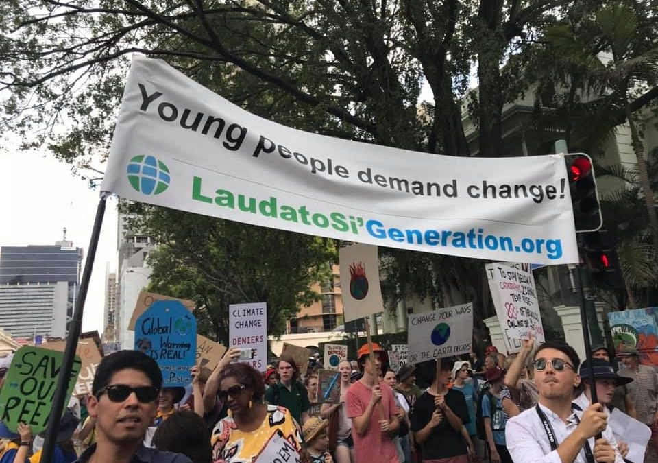 Protestos são organizados pela Geração Laudato Si ', ramo juvenil do Movimento Católico Mundial pelo Clima, e dirigido por jovens representantes de organizações católicas em todo o mundo.
