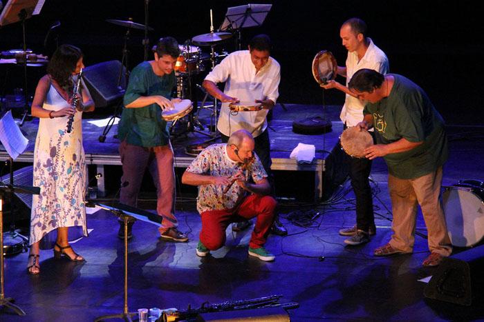 Grupo comemora 25 anos de trajetória com show gratuito em que apresenta a tradição secular das bandas de pífanos e sua fusão contemporânea.