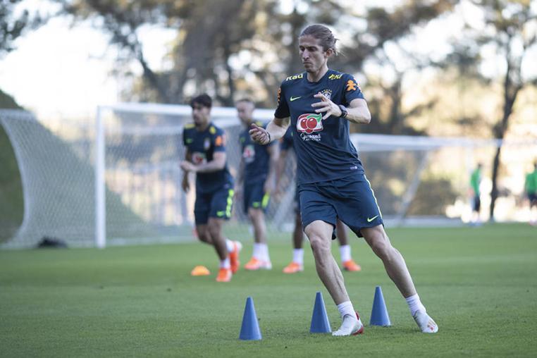 Filipe Luís sentiu um incômodo muscular na coxa direita durante o confronto com o Paraguai.