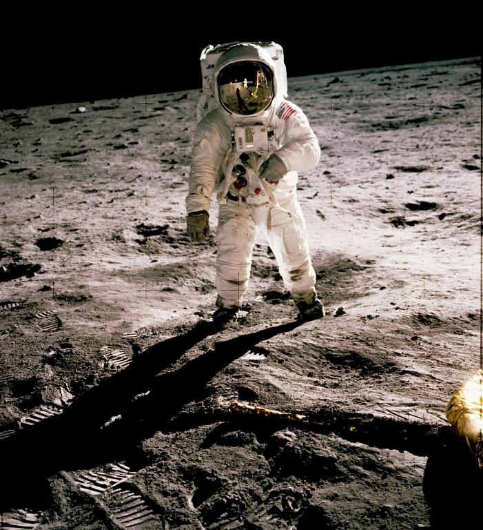 Buzz Aldrin em 20 de julho de 1969 caminhando na Lua, fotografado por Neil Armstrong, visível no reflexo da viseira do companheiro.