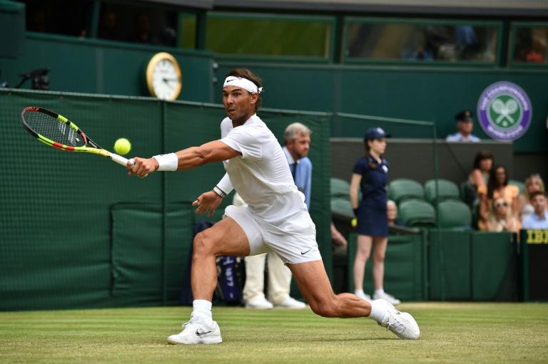 Rafael Nadal devolve uma bola contra Jo-Wilfried Tsonga durante a partida da terceira rodada do torneio de Wimbledon disputado neste sábado.