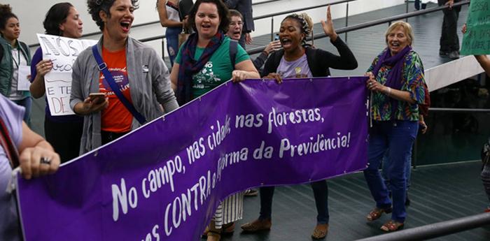 Mulheres protestam contra a reforma da Previdência na Câmara dos Deputados.