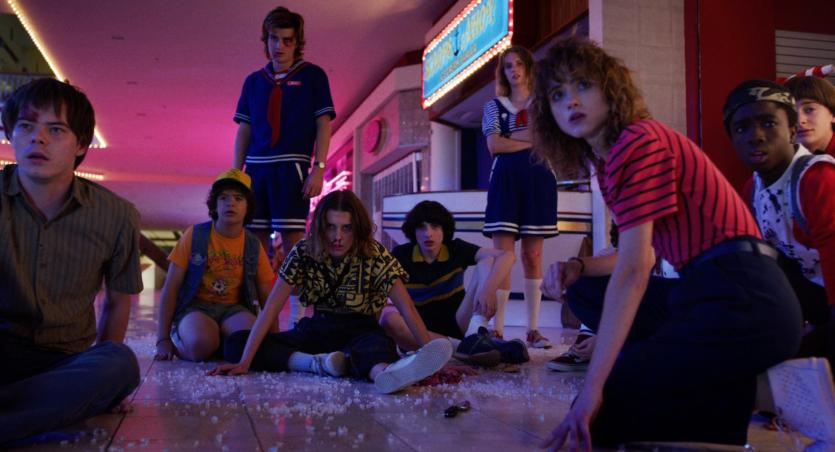 Um grupo de adolescentes que combate monstros sobrenaturais na série ambientada nos anos 80.