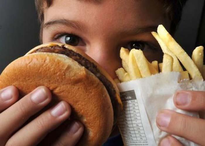 Os alimentos processados podem ser um dos fatores da obesidade, por serem também de preços mais baixos.
