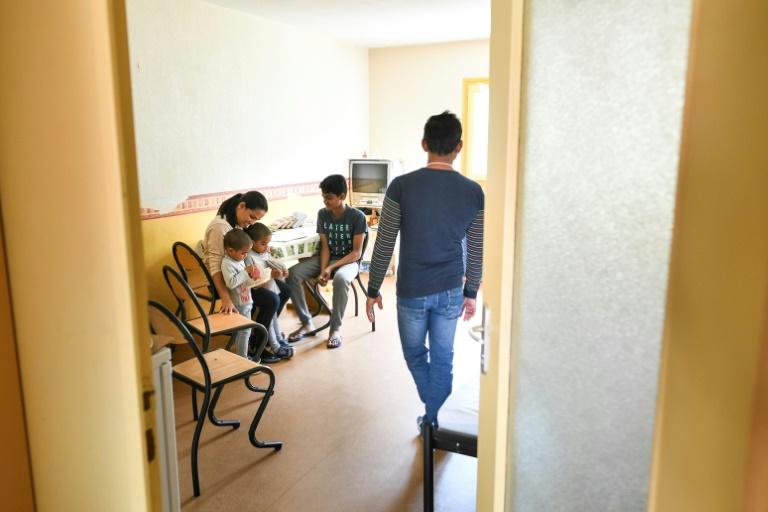 Família de Sri Lanka alojada em centro temporário para demandantes de asilo na cidade de Ferrette, na França