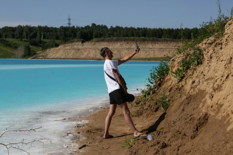 Lago artificial tem aparência de um paraíso tropical e atrai milhares de turistas.