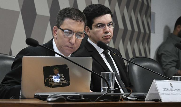 À convite do senador Randolfe Rodrigues (à dir.), o Glenn Greenwald, foi ao Senado prestar esclarecimentos