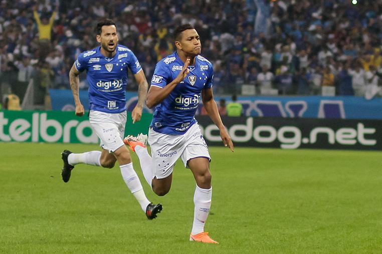 O atacante Pedro Rocha (D) foi decisivo para a vitória do Cruzeiro.