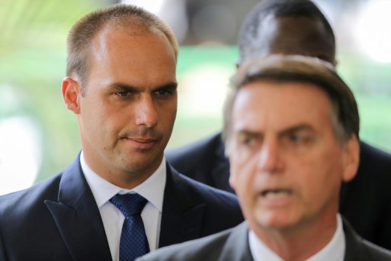 O presidente Jair Bolsonaro (D) e seu filho, Eduardo.