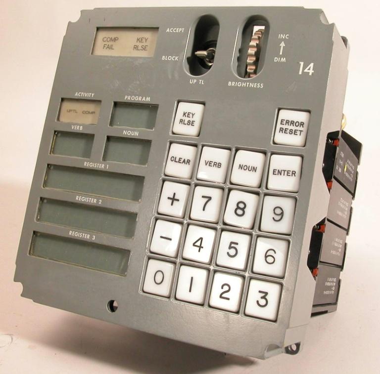 Interface utilizada pelos astronautas da missão Apollo para comandar computador de bordo.