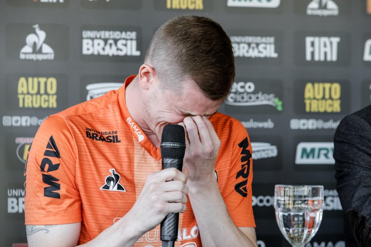 Emocionado, Adilson chora durante a coletiva