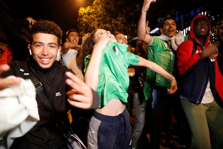 Torcedores argelinos comemoram em Paris a classificação para a final