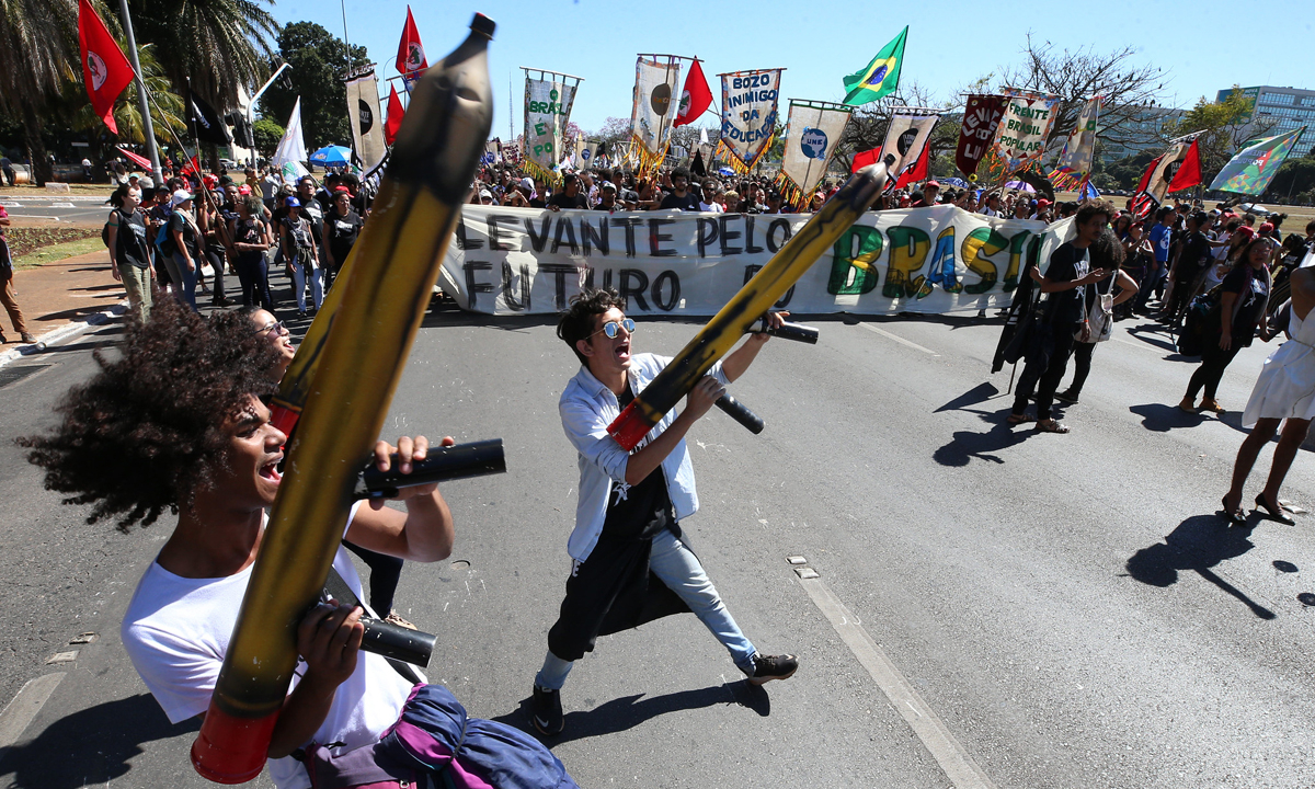 Estudantes protestam contra o corte na educação
