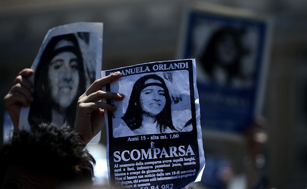 Fotos de Emanuela Orlandi, desaparecida em junho de 1983, durante uma oração na Praça de São Pedro, em 27 de maio de 2012 no Vaticano.