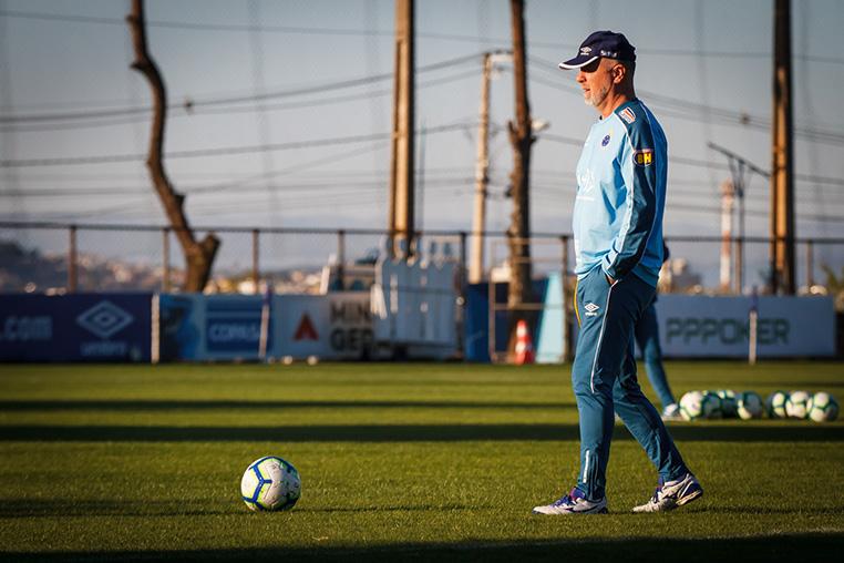 O técnico Mano Menezes defende vantagem gigante com o seu Cruzeiro diante do Atlético no Horto no jogo de volta das quartas de final da Copa do Brasil.