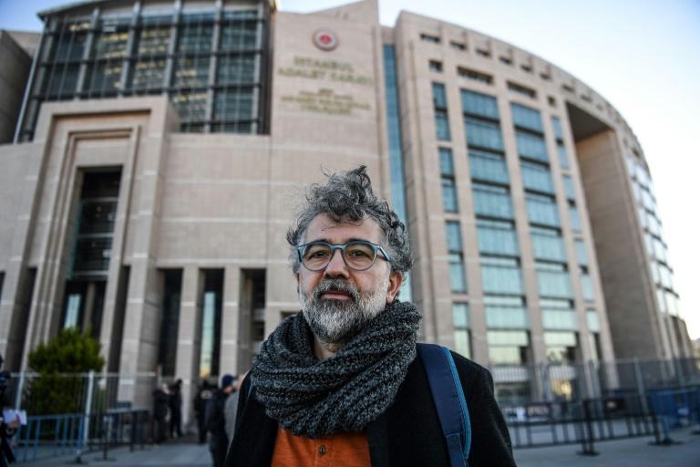 Erol Önderoglu participou de uma campanha de solidariedade em favor do Özgür Gündem.
