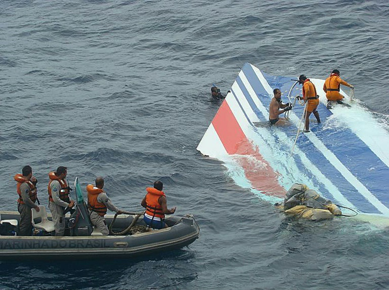 Escombros do avião recuperados após a queda do Rio-Paris, no Oceano Atlântico