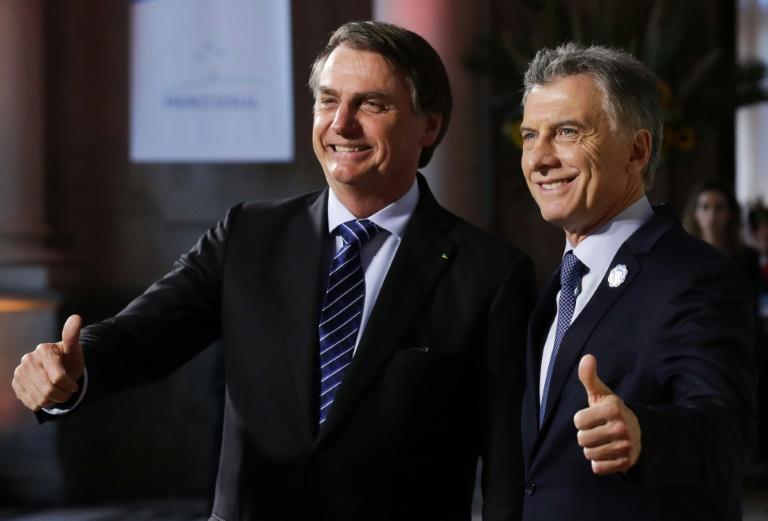 Jair Bolsonaro (E) e o presidente argentino Mauricio Macri na 54ª Cúpula do Mercosul em Santa Fe, Argentina.
