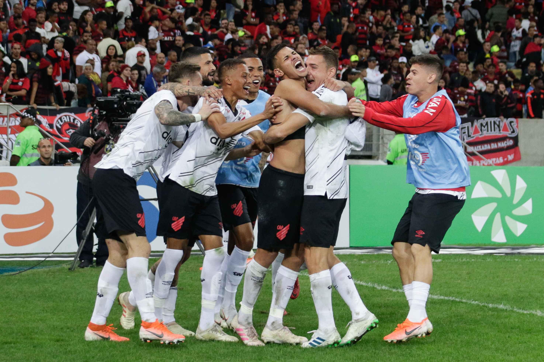 No Maracanã lotado, o Athletico-PR despachou o Flamengo da Copa do Brasil e agora disputa a semifinal com o Grêmio.