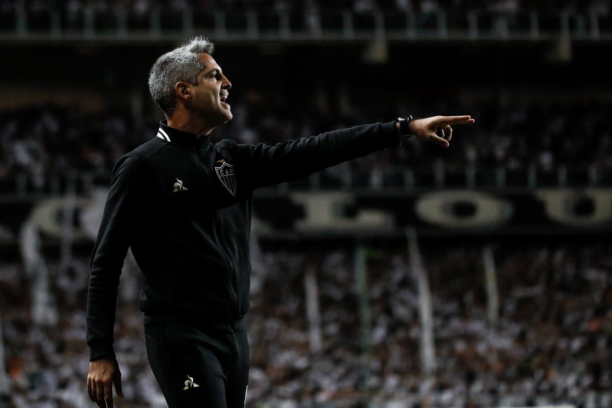 Técnico valoriza vitória, mas lamenta eliminação do Atlético: 'Serviu de lição'.