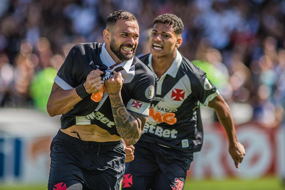 Leandro Castan (E), jogador do Vasco, comemora seu gol durante partida contra o Fluminense, válida pela décima primeira rodada do Campeonato Brasileiro 2019.