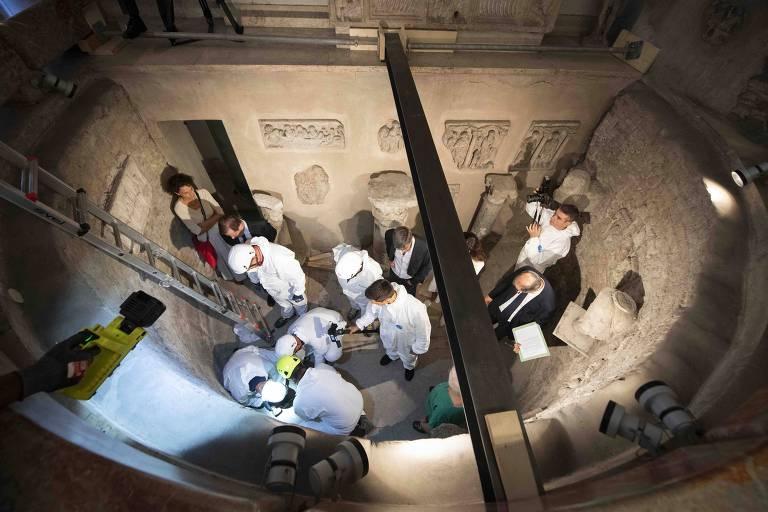 Foto divulgada pelo Vaticano mostra abertura de ossário no cemitério teutônico.