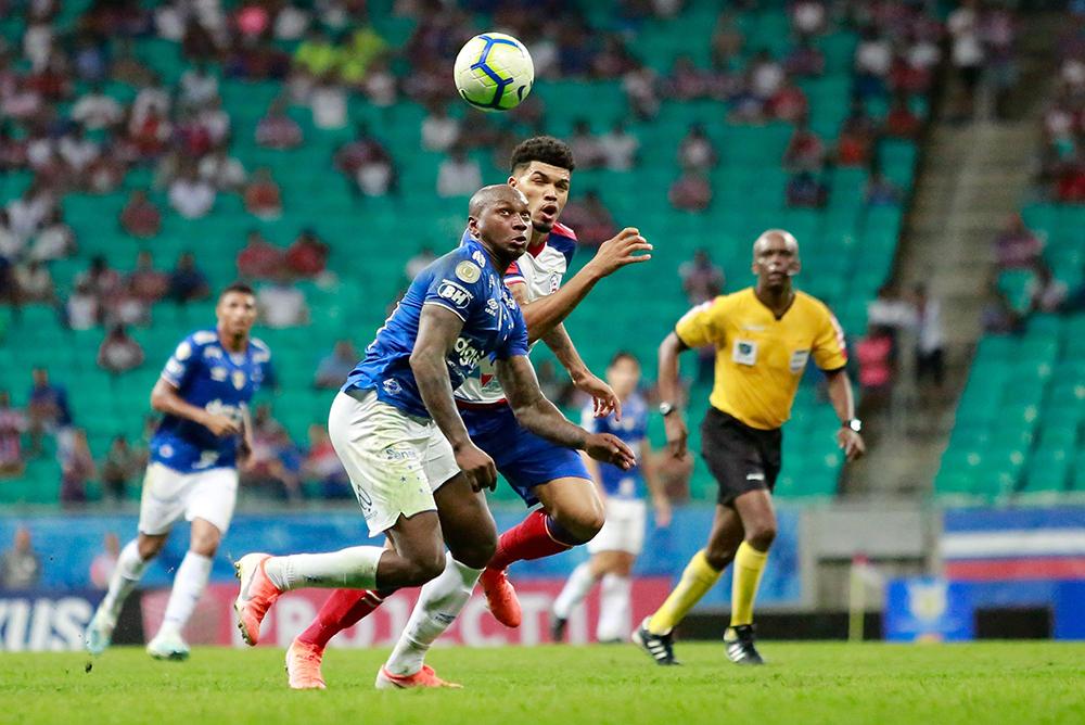 Juninho (D), jogador do Bahia, e Sassá, do Cruzeiro, durante partida válida pela décima primeira rodada do Campeonato Brasileiro 2019.